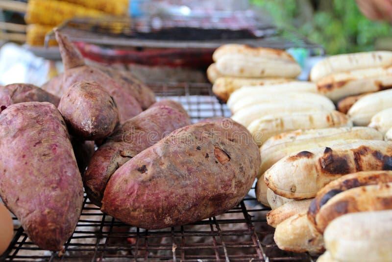 Grilla potatisen och bananen royaltyfri fotografi
