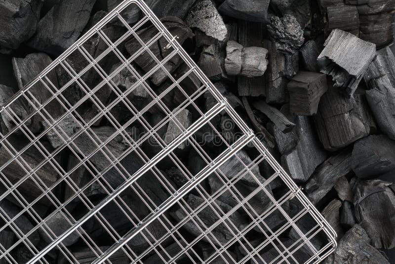 Grilla grilla siatka na czarnych węgli drzewnych kawałkach BBQ przygotowanie fotografia stock