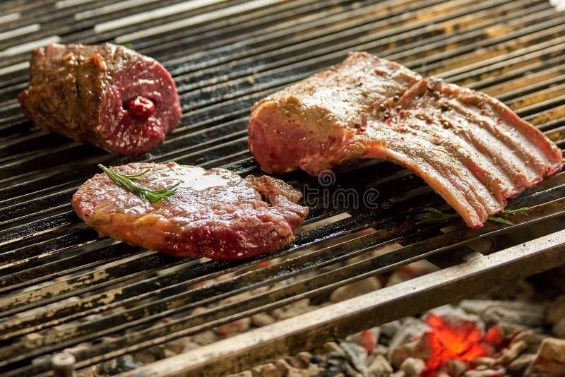 Grilla stycken av griskött arkivbild