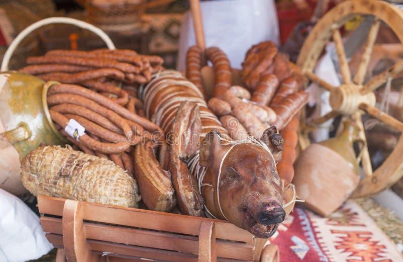 Grilla svinet och olika slag av kött i höstfestival royaltyfria bilder