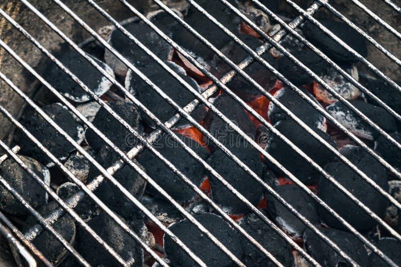 Grilla węgla drzewnego bbq brykietuje z gorącą metal siatką fotografia royalty free