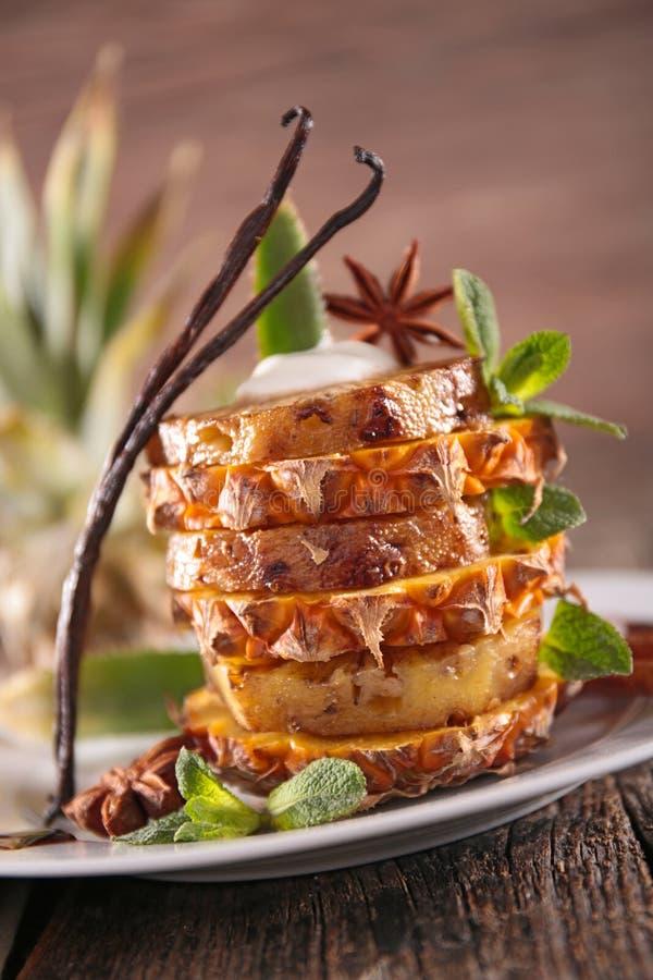 Grillad ananasefterrätt royaltyfri fotografi