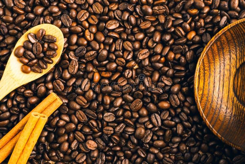 Grillad bakgrund och textur för kaffeböna med träsked, c royaltyfri bild
