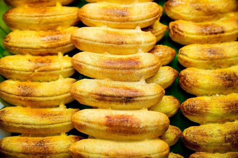 grillad banan på gatalivsmedelsbutiken, grillad banan i traditionell thailändsk stil, efterrätt, genom att grilla bananen på det  royaltyfri foto