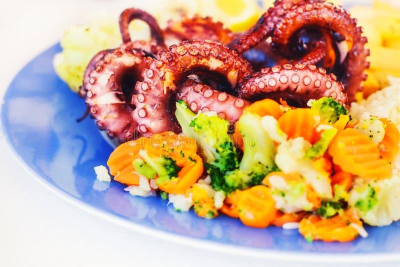Grillad bläckfisk med veggies och ris royaltyfria foton