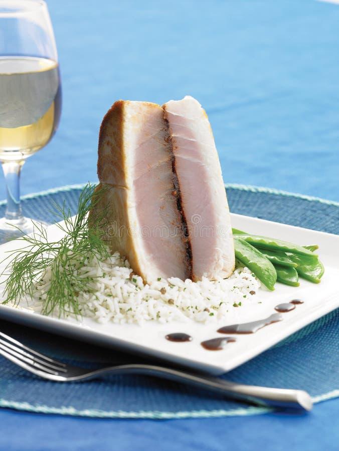 Grillad blå marlin på ris royaltyfria foton