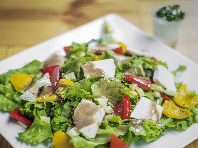 Grillad blandad grönsaksallad för fegt bröst på trätabellen royaltyfri fotografi