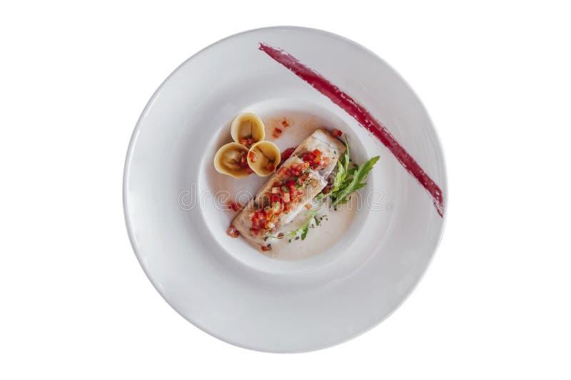 Grillad filé för havsbas med tortellinipasta som isoleras på vit bakgrund royaltyfria bilder