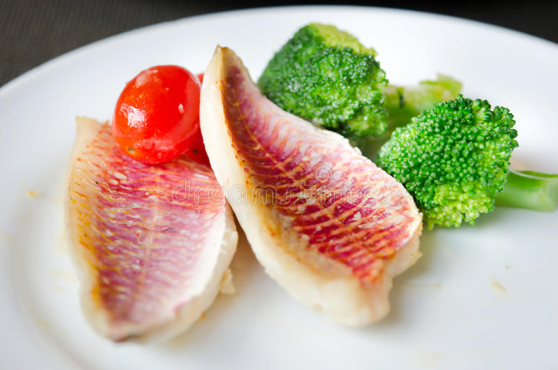 Download Grillad fisk arkivfoto. Bild av sås, grillat, steak, grönsak - 27275034