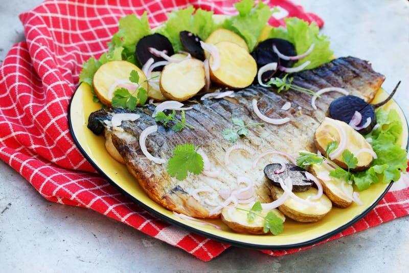 Grillad fisk med beta arkivbilder