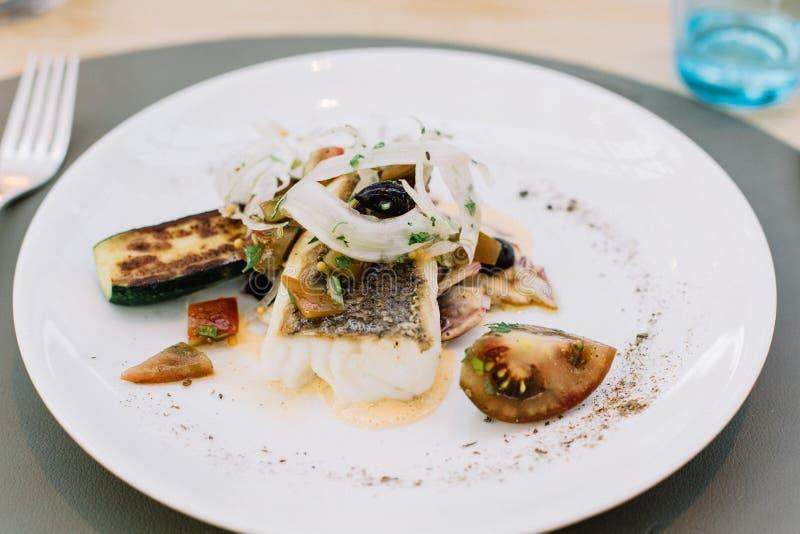 Grillad fisk med grönsaker och nya örter royaltyfri foto