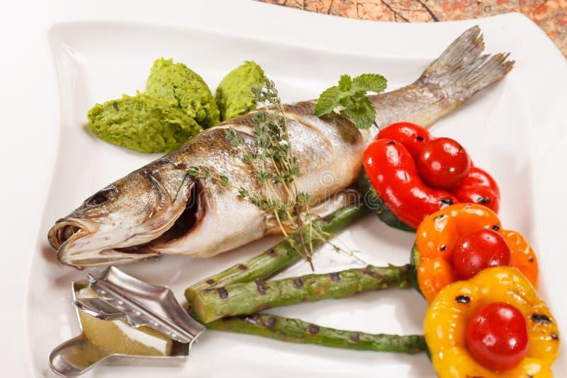 Grillad fisk med sparrisen royaltyfri fotografi