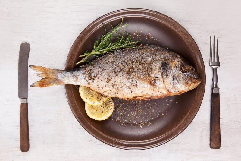 Grillad fisk på plattan, bästa sikt. royaltyfri bild