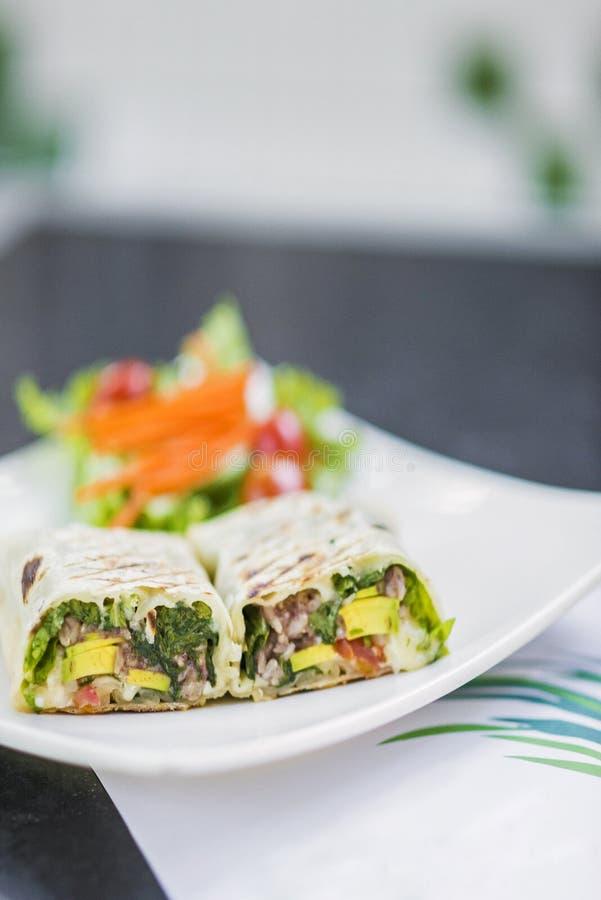 Grillad grönsak- och salladsjal royaltyfria bilder
