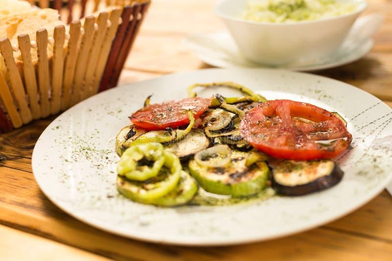 Grillad grönsaker och kålsallad, bröd på en trätabell äta för begrepp som är sunt arkivfoto