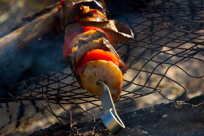 Grillad grönsakkebab i den öppna branden på pinnen royaltyfria bilder