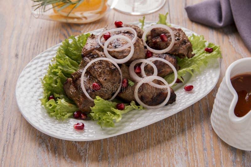 Grillad grillfest för sås och för sallad för köttstyckkebab röd royaltyfri fotografi