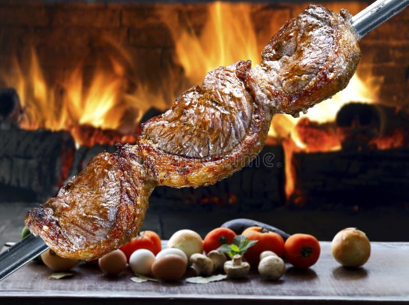 Grillad grillfest på en steknål arkivbild