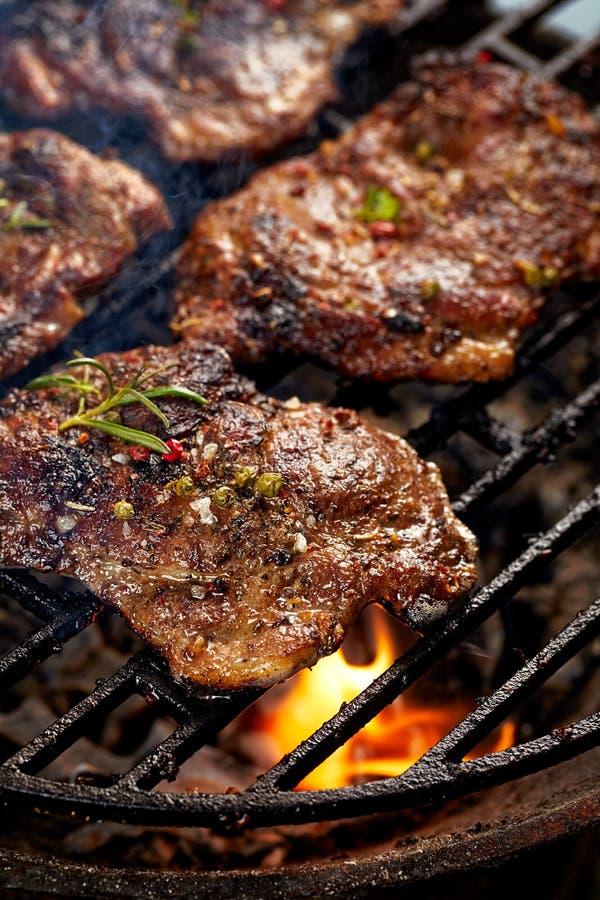 Grillad griskötthalsbiff Stekgriskött, medan grilla royaltyfri foto