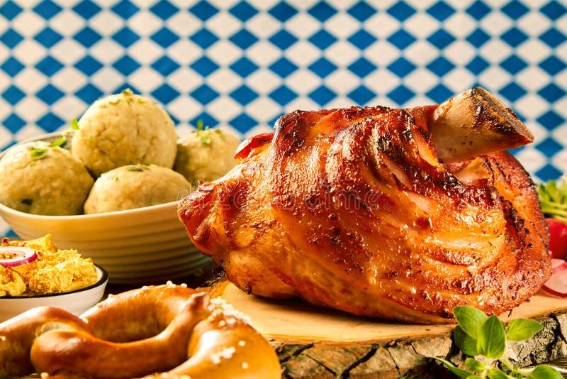 Grillad grisköttknoge med gourmet- sidodisk arkivfoton