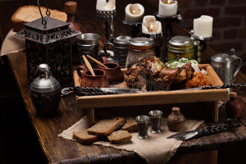 Grillad grisköttknoge med surkålen För ett stort företag royaltyfri fotografi