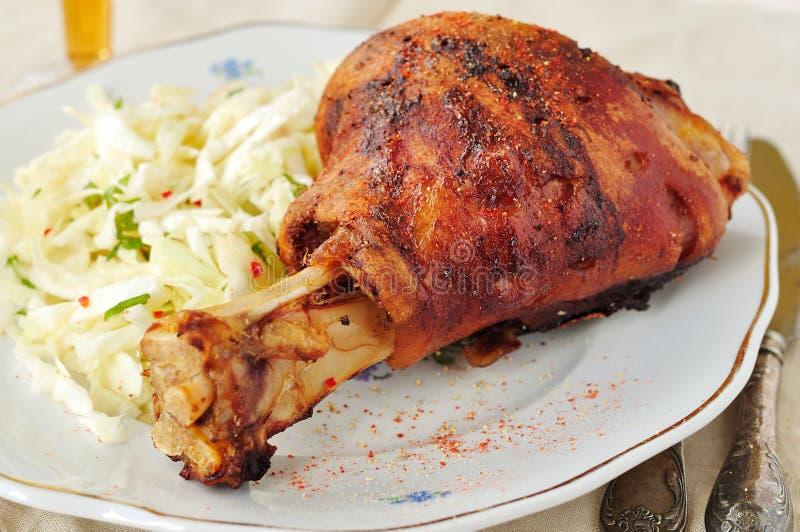 Grillad grisköttlägg med ny kålsallad royaltyfri bild