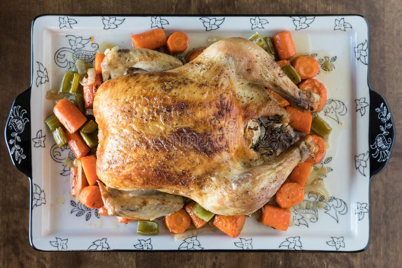 Grillad höna med grönsaker på en trätabellbakgrund royaltyfria foton