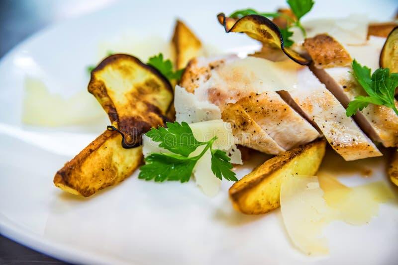 Grillad höna med potatiskilplattan arkivfoton