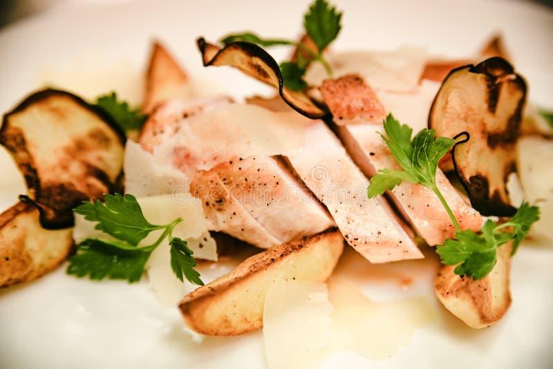 Grillad höna med potatiskilplattan royaltyfria foton