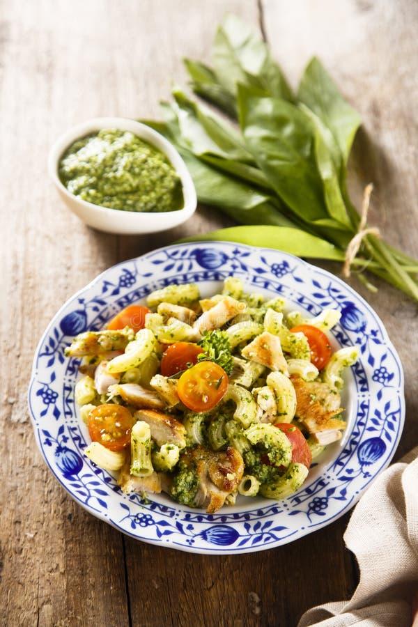 Grillad höna- och pastasallad royaltyfria foton