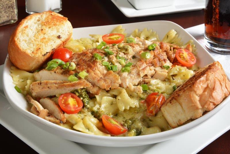 Grillad höna på pasta royaltyfri bild