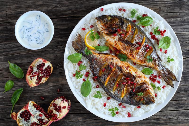 Grillad hel fisk på säng av ris royaltyfri fotografi