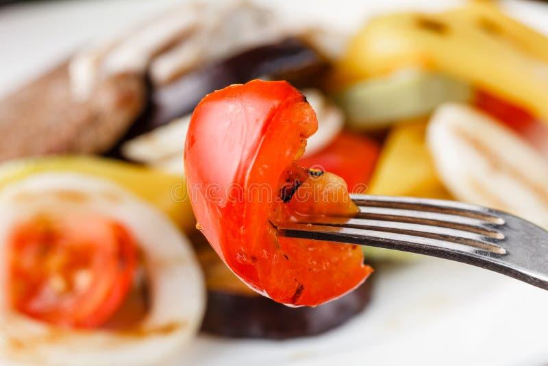 Grillad köttbiff med grönsaker i en platta royaltyfri bild