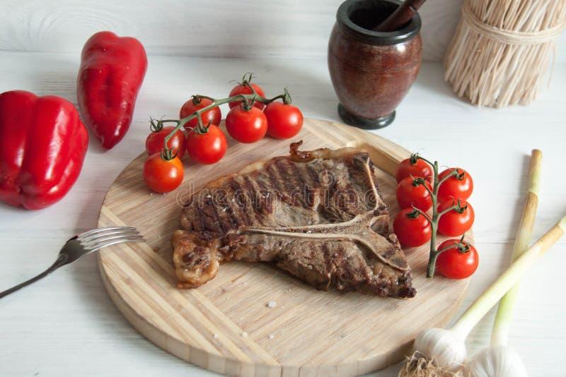 Grillad köttbiff med nya grönsaker arkivfoto