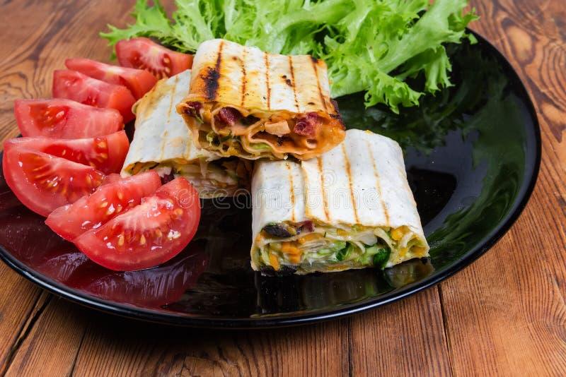 Grillad köttsalladsjal, grönsaker på svart maträttnärbild arkivfoto
