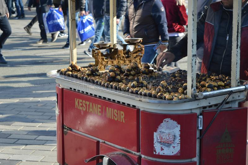 Grillad kastanjebrun försäljare, traditionellt mobilt magasin med kastanjen i en huvudsaklig gata i Istanbul fotografering för bildbyråer
