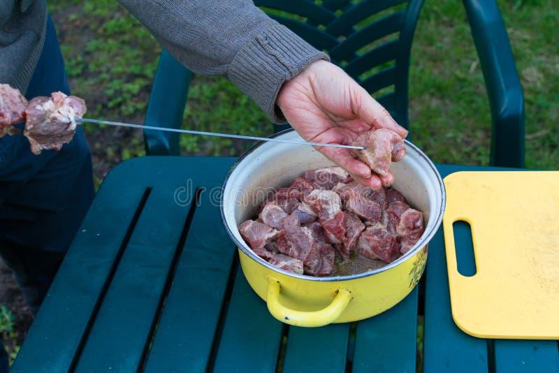 Grillad kebabmatlagning på metallsteknålen Grillat kött som lagas mat på grillfesten För nötköttkött för BBQ nya skivor för kotle arkivfoton