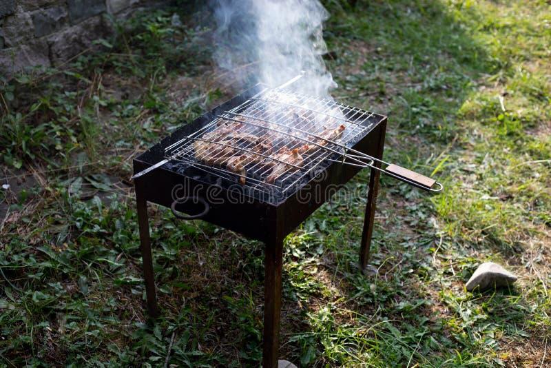 Grillad kebabmatlagning p? metallstekn?len Grillat k?tt som lagas mat p? grillfesten Traditionell ?stlig matr?tt, kebab Galler p? royaltyfri bild