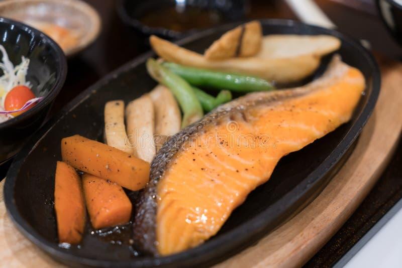 Grillad lax med grönsaker och ris Japansk matuppsättning royaltyfria foton