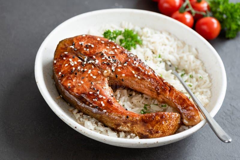 Grillad laxbiff med teriyakisås och vita ris arkivfoto