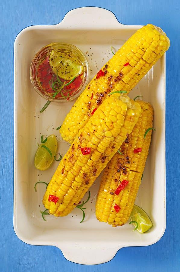 Grillad majs med mexikansk sås, chili och limefrukt på blå bakgrund fotografering för bildbyråer
