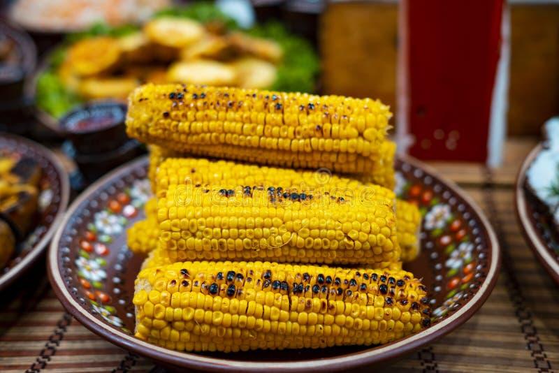 Grillad majs på en platta Gatumatfestival royaltyfria bilder