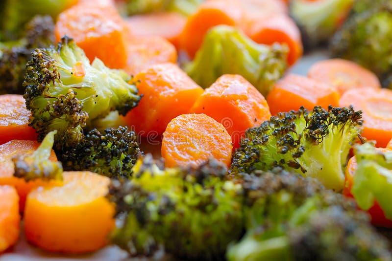 Grillad morötter och broccoli, fortfarande varmt och ånga arkivbilder