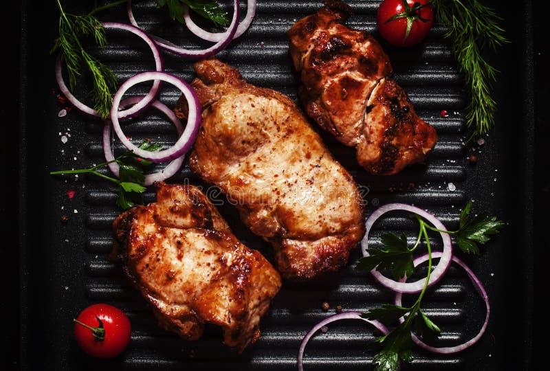 Grillad nötköttbiff med grönsaker på gallerpannan, bästa sikt arkivfoton