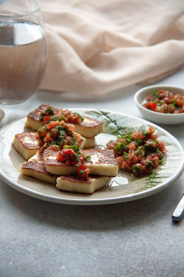 Grillad ost med grönsaksås arkivbild