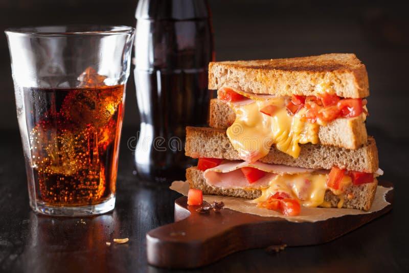 Grillad ostsmörgås med skinka och tomaten royaltyfria foton