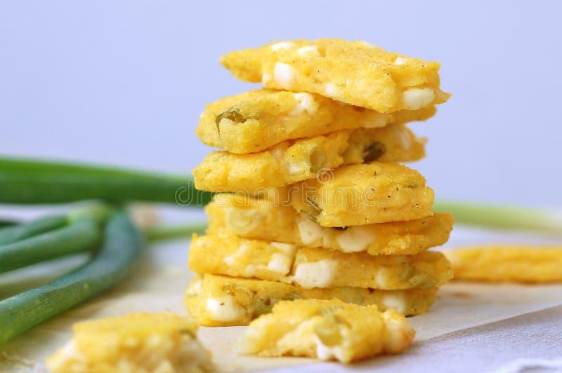 Grillad polenta med vårlöken och ost arkivfoto