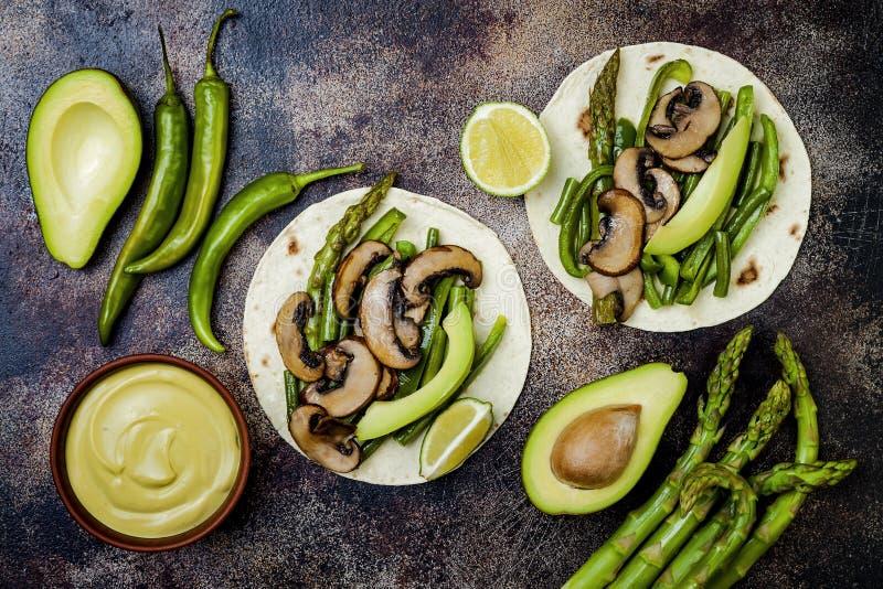 Grillad portobello, sparris, spanska peppar, haricot vertfajitas Poblanochampinjontaco med jalapenoen, koriander, avokadocrema royaltyfria foton
