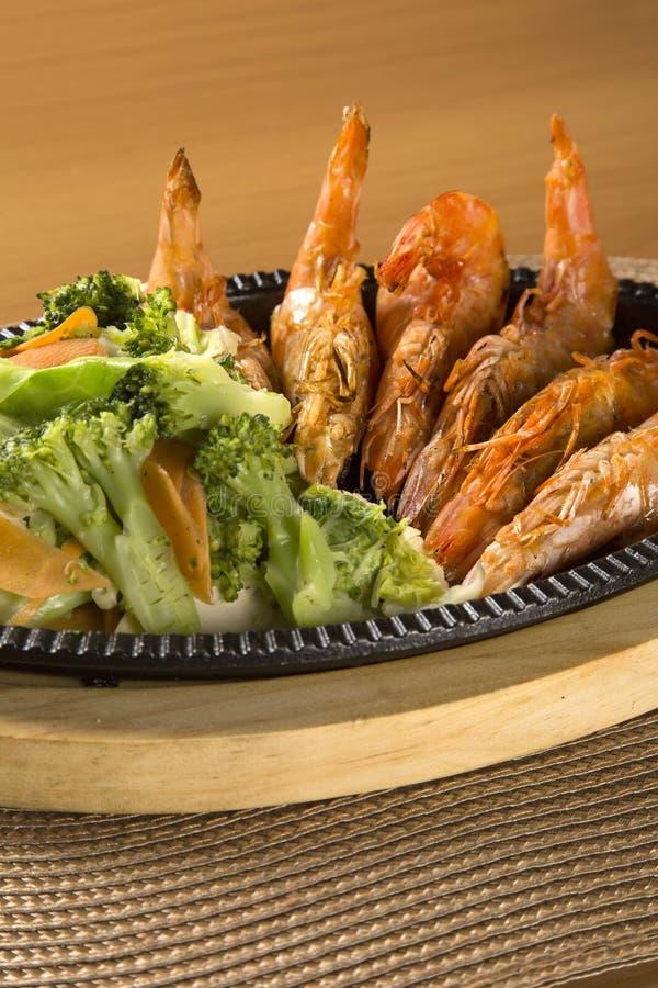 Grillad räka med grönsaken royaltyfri bild