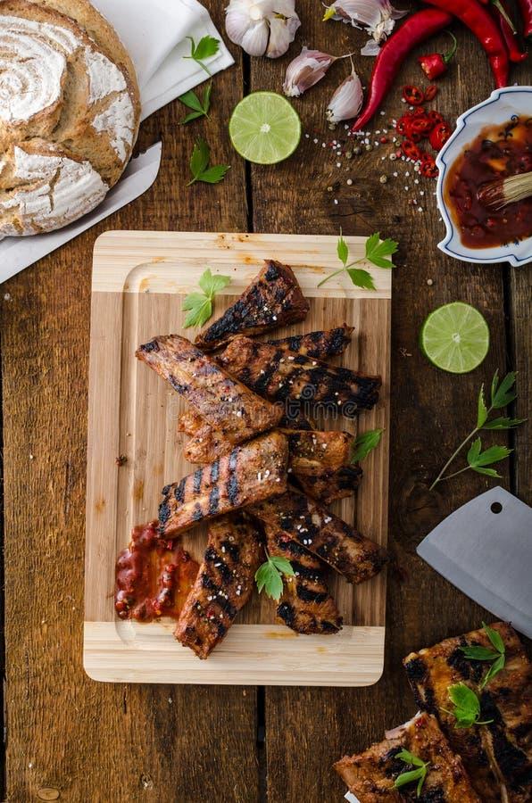 Grillad revbensspjäll i kryddig marinad med öl och lantligt bröd fotografering för bildbyråer